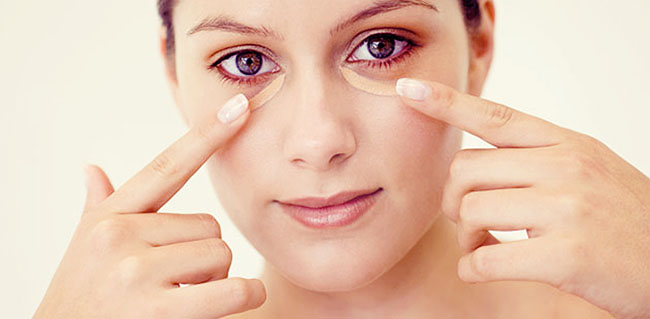 Pomada Bepantol usada no tratamento de olheiras